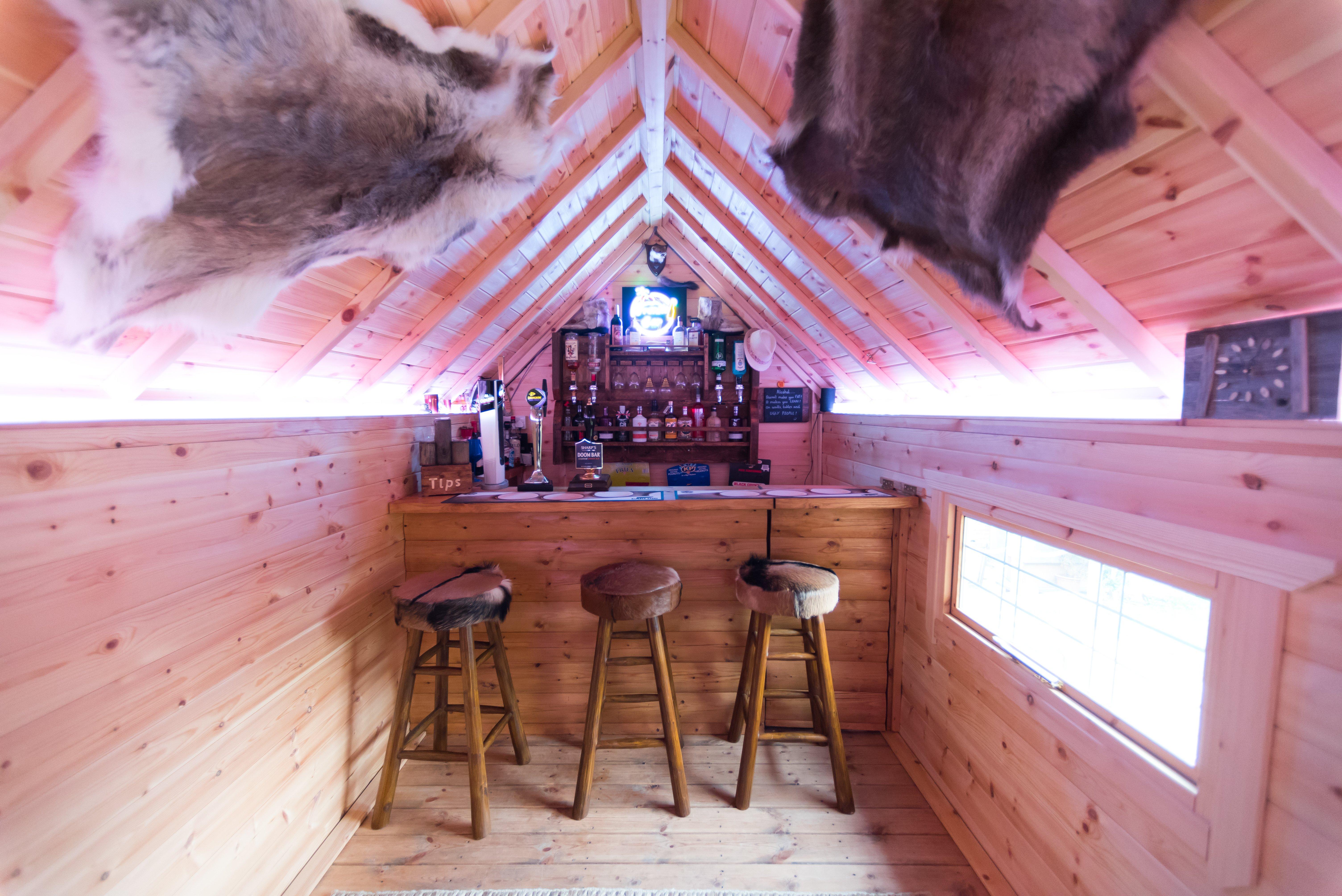 arctic-cabins-a-z-uses-garden-room-drinks-bar-inn
